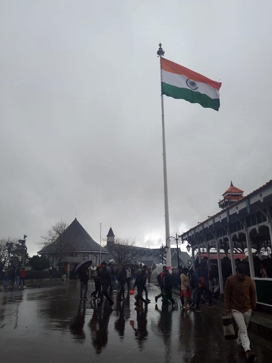 शिमला शहर में गुरुवार को बर्फबारी तो नहीं हुई है, लेकिन बारिश की वजह से मौसम सुहावना बना हुआ है.