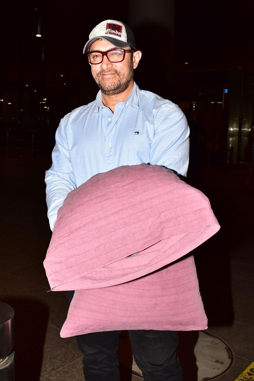 'पिंक तकिया' लिए आमिर खान का ये लुक देखकर मीडिया वाले भी हैरान रह गए. वे कुछ इस अंदाज में एयरपोर्ट पर नजर आए.