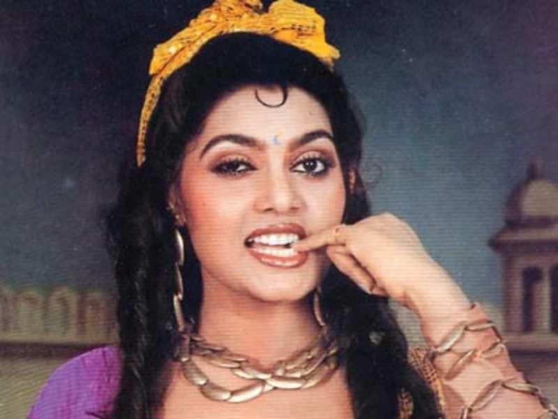 साउथ और बॉलीवुड में अपनी बोल्डनेस के लिए पहचानी जाने वाली अभिनेत्री सिल्क स्मिता की मौत का कारण डिप्रेशन बताया जाता है. उन्होंने आत्महत्या की थी लेकिन कई रिपोर्ट्स में उनकी मौक को एक हत्या भी बताया गया. सिल्क की मौत का सही कारण आज भी एक राज ही है.