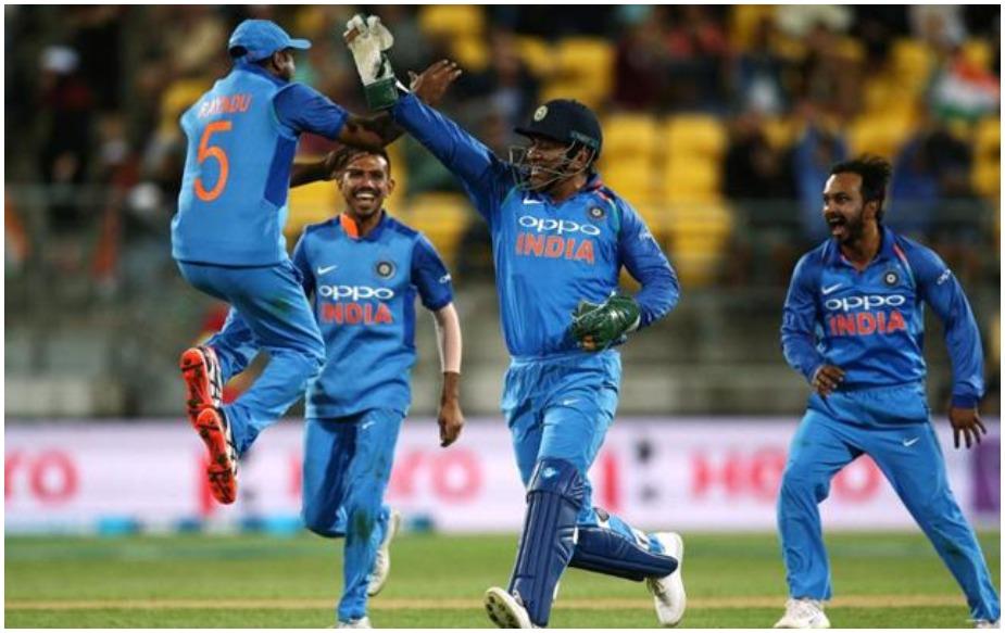 भारत ने अपने गेंदबाजों के शानदार प्रदर्शन के दम पर रविवार को यहां वेस्टपैक स्टेडियम में खेले गए सीरीज के पांचवें और आखिरी वनडे मैच में न्यूजीलैंड को 35 रनों से हरा दिया. इस जीत के साथ ही भारत ने 4-1 से सीरीज अपने नाम कर ली. यह चौथी बार है जब न्यूजीलैंड को अपने घर में द्विपक्षीय सीरीज गंवानी पड़ी है. इस जीत के साथ कई बड़े रिकॉर्ड बन गए.
