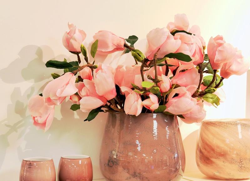 पिंक गुलाबः अगर आपकी किसी ने मदद की हो और उसे धन्यवाद करना भूल गए हों तो पिंक गुलाब का इस्तेमाल करें. इन गुलाबी रंग के गुलाब को देकर आप उसका दिल जीत सकते हैं. ये किसी को शुक्रिया कहने का प्रतीक माना जाता है.