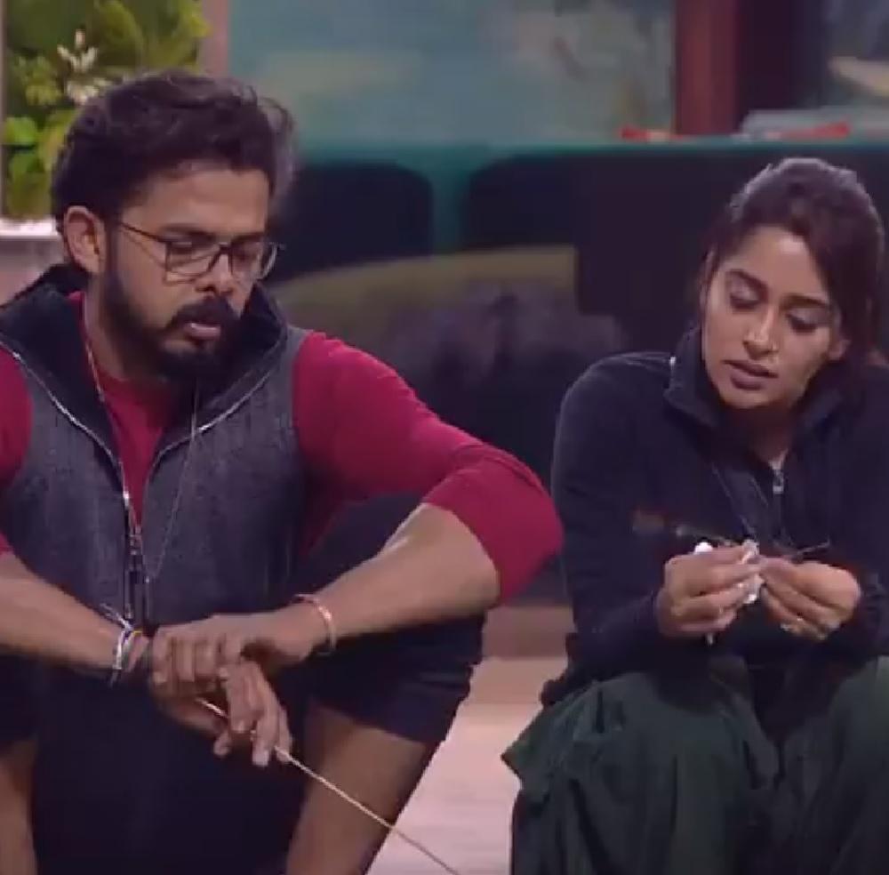 श्रीसंत और दीपिका की उनके घर पर मुलाकात ने इन खबरों पर कुछ दिनों के लिए विराम लगा दिया था. लेकिन एक बार फिर दीपिका और श्रीसंत के रिश्ते में दरार की खबर सामने आई है और सबूत के तौर पर ये बताया जा रहा है कि श्रीसंत ने दीपिका को इंस्टाग्राम पर अनफॉलो कर दिया है.
