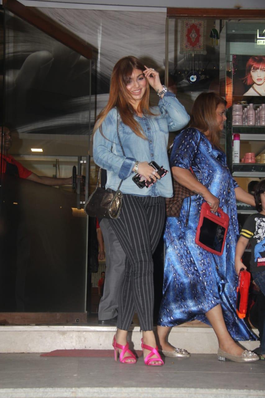મુંબઈમાં અભિનેત્રી આયેશા ટાકિયા પણ તેના પુત્ર સાથે એક શોપમાં જોવા મળી હતી. આયેશાનો લૂક બદલાઈ ગયો છે.