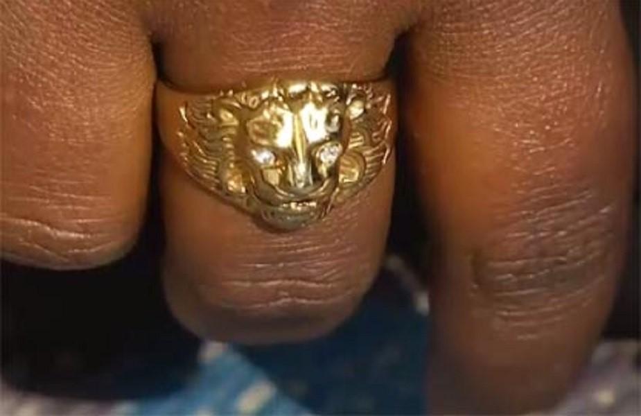 महिला अघोरी ने एक विशेष अंगूठी धारण की थी. देखने में ऐसा लग रहा है कि अंगूठी पर महाकाल का चित्र बना हुआ है.