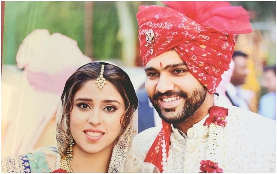 रोहित और रितिका: टीम इंडिया के 'हिटमैन' रोहित शर्मा ने साल 2015 में 14 फवरी को रितिका सजदेह से शादी की थी. दोनों ने 6 साल एक दूसरे को डेट करने के बाद शादी रचाई थी. रितिका स्पोर्ट्स और इवेंट मैनेजमेंट कंपनी में मैनेजर रह चुकी हैं तभी से दोनों अच्छे दोस्त थे. मजेदार बात ये है कि रोहित ने रितिका को स्टेडियम में प्रपोज किया था.