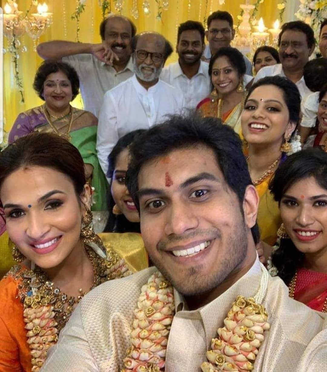 शादी के मस्तीभरे माहौल में सभी के साथ दूल्हा-दुल्हन भी काफी इंजॉय करते दिखे. अब ये तस्वीर देख लीजिए. जैसे ही मौका मिला दूल्हे मियां ने लेली सेल्फी.