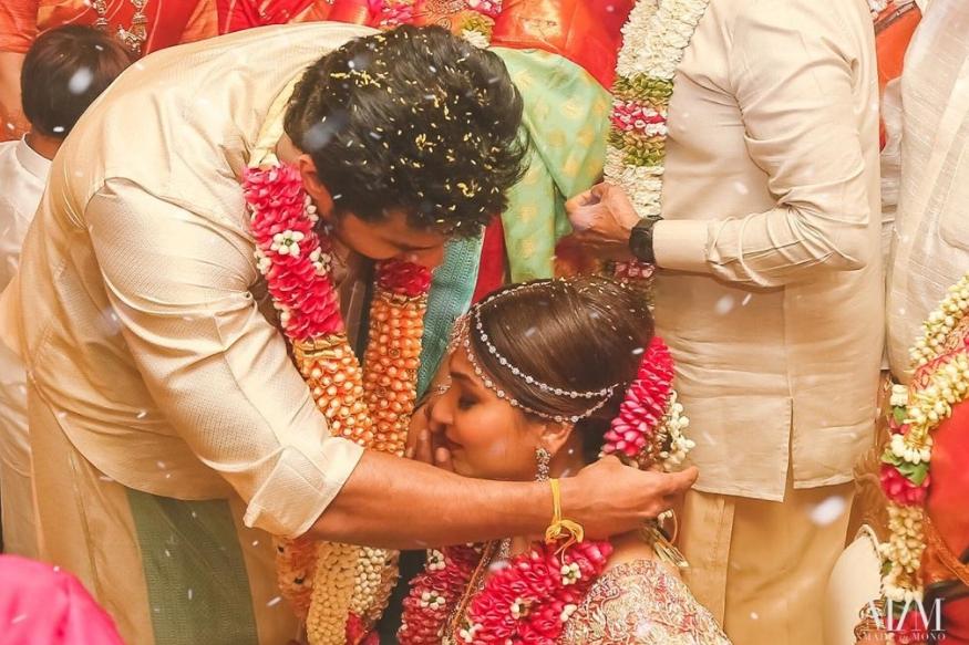 सुपर स्टार रजनीकांत की बेटी सौंदर्या ने सोमवार को एक्टर और बिजनेसमैन विशगन वांगामुड़ी से शादी की. दक्षिण भारतीय रीति रिवाजों से हुई इस शादी की तस्वीरें सोशल मीडिया पर आ चुकी हैं और काफी पसंद की जा रही हैं.