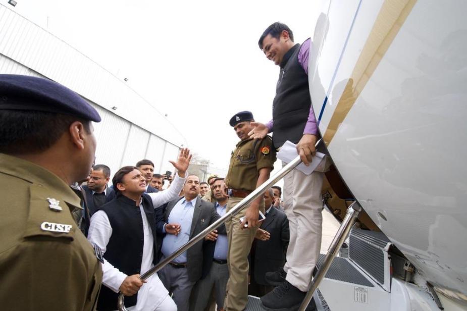 यूपी के पूर्व मुख्यमंत्री अखिलेश यादव को मंगलवार को लखनऊ एयरपोर्ट पर इलाहाबाद विश्वविद्यालय जाने से रोक दिया गया.