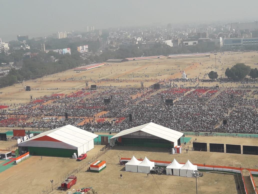 पटना के गांधी मैदान में कांग्रेस की जन आकांक्षा रैली शुरू होने वाली है. पार्टी के राष्ट्रीय अध्यक्ष राहुल गांधी तीन प्रदेशों के सीएम के साथ इस रैली में शामिल होने आ रहे हैं. उनके साथ राजस्थान के सीएम अशोक गहलोत, छत्तीसगढ़ सीएम भूपेश बघेल और मध्य प्रदेश के सीएम कमलनाथ भी रैली में शामिल हो रहे हैं.इस मौके पर गांधी मैदान सज-धज कर तैयार हो चुका है. देखें तस्वीरे...