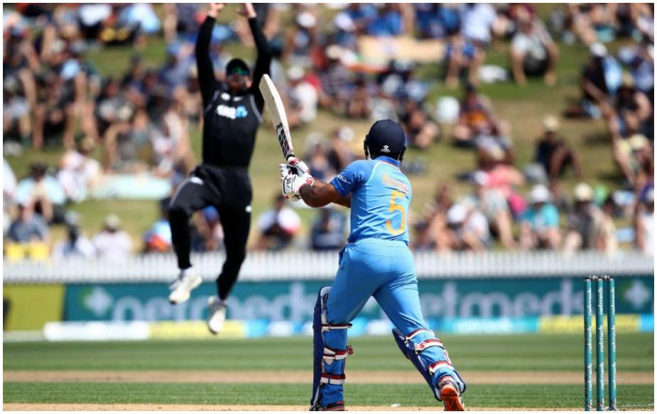 अंबाती रायडू इस मैच में 90 रन पर आउट हो गए. वह न्यूजीलैंड की सरजमीं पर 90 और 100 के बीच आउट होने वाले पहले भारतीय बल्लेबाज हैं. पूरी सीरीज में किसी भी भारतीय बल्लेबाज ने शतक नहीं लगाया. इंग्लैंड के खिलाफ 2013 सीरीज के बाद ये पहला मौका है जब ये हुआ है. साथ ही रायडू के 90 रन भारत की ओर से इस सीरीज में सर्वोच्च हैं.