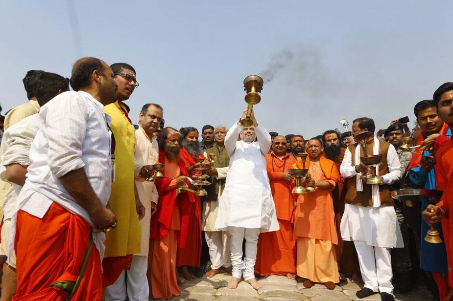 स्नान के बाद अमित शाह ने मुख्यमंत्री योगी आदित्यनाथ, उप मुख्यमंत्री केशव प्रसाद मौर्या और सभी 13 अखाड़ों के साधु-संतों के साथ गंगा आरती भी की.