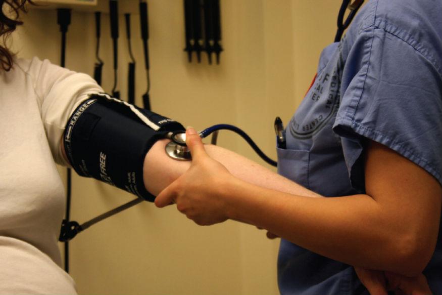 ब्लडप्रेशर चेक- ये चेकअप महिला, पुरुष दोनों के लिए ज़रूरी है. इसे कम से कम सालभर में एक-दो बार करा ही लेना चाहिए. इससे हृदय पंपऔर धमनियों में दबाव को मापा जाता है. ब्लडप्रेशर का बढ़ना दिल से जुड़ी तकलीफ, किडनी फेल होने जैसी खतरनाक बीमारियों को न्यौता देता है.