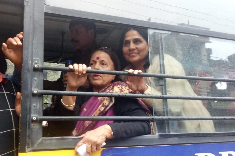 नेता प्रतिपक्ष इंदिरा हृदयेश और प्रदेश महिला कांग्रेस अध्यक्ष सरिता आर्य को भी पुलिस ने गिरफ़्तार किया.