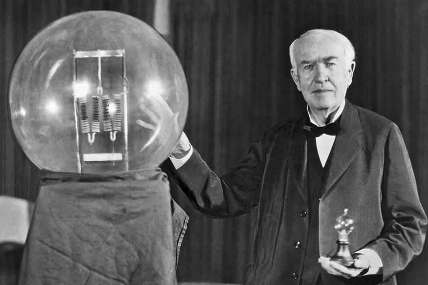 आज दुनिया के सबसे महान वैज्ञानिक थॉमस अल्वा एडिसन का जन्मदिन है. एडिसन वही जिन्होंने बल्ब का आविष्कार कर दुनिया से अंधेरा मिटाने में अपना योगदान दिया था. उनका जन्म 11 फरवरी 1847 को हुआ था. उनका बचपन बहुत गरीबी में बीता. लेकिन उनके नाम 1,093 पेटेंट बताते हैं कि उन्होंने अपनी परिस्थितियों का सामने करते हुए हौसला कभी नहीं खोया.