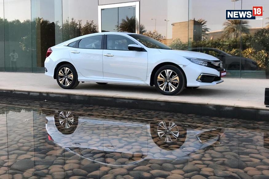 बुकिंग शुरू- सिडान क्लास Civic के लुक्स और स्टाइलिंग के बहुत से फैंस हैं और लोगों को काफी समय से इस कार के नए मॉडल का इंतजार था. इसे देखते हुए कंपनी ने कार की बुकिंग शुरू कर दी है. होंडा के डीलर्स 51,000 रुपये में सिविक की बुकिंग कर रहे हैं.