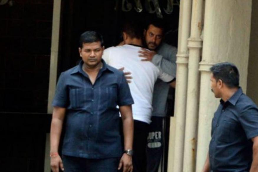 साल 2002 के हिट एंड रन मामले में जब सलमान को दोषी करार दिया गया था तो आमिर खान सलमान से मिलने पहुंचे थे. 'अंदाज अपना अपना' जैसी आईकॉनिक फिल्म देने वाली इस जोड़ी की ये तस्वीर काफी वायरल हुई थी.