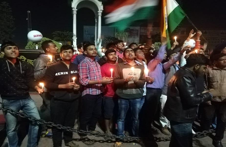 करगिल चौक पर शहीदों को श्रद्धांजलि देते हुए छात्रों ने आतंकवादियों के खिलाफ कड़ी कार्रवाई करने की मांग की और कहा कि जरूरत होगी तो वे भी इस अभियान में शामिल होंगे.