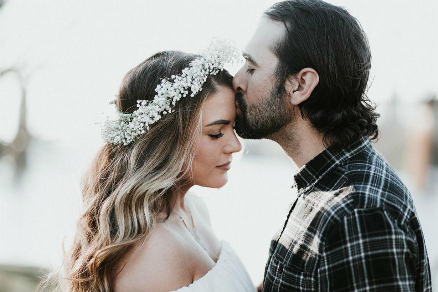 Valentine's Day, Kiss Day 2019: प्यार के रिश्ते में पहला किस काफी मायने रखता है. काफी शर्म, लिहाज और झिझक के बाद जब लोग पहले बार अपने साथी को चूमते हैं तो डर, उत्तेजना और भी न जाने कितनी भावनाएं मन में होती हैं. मन एक अलग ही कल्पनालोक में गोते लगा रहा होता है. इसके बाद तो प्यार में बदलते पड़ावों के साथ ही लोगों का साथी को चूमने का अंदाज भी बदल जाता है. कई बार लोग साथी के प्रति अपना प्यार जताने के लिए अलग-लग तरीके से kiss करते हैं. अलग-अलग kiss का मतलब भी अलग अलग होता है.