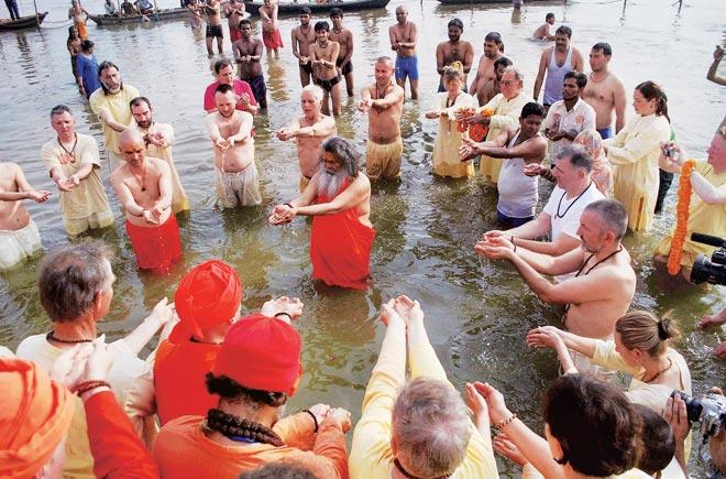 राजा हर्षवर्धन ने ही अर्धकुंभ की परंपरा शुरू की थी, जिसका आयोजन इस साल 2019 में प्रयागराज में जारी है, 4 मार्च तक रहेगा. अर्धकुंभ यानी वह मेला जिसका आयोजन छह साल के अंतराल पर होता है. राजा हर्षवर्धन पांच साल में एक बार जिस धार्मिक उत्सव का आयोजन करते थे, उसका नाम महामोक्ष हरिषद था.