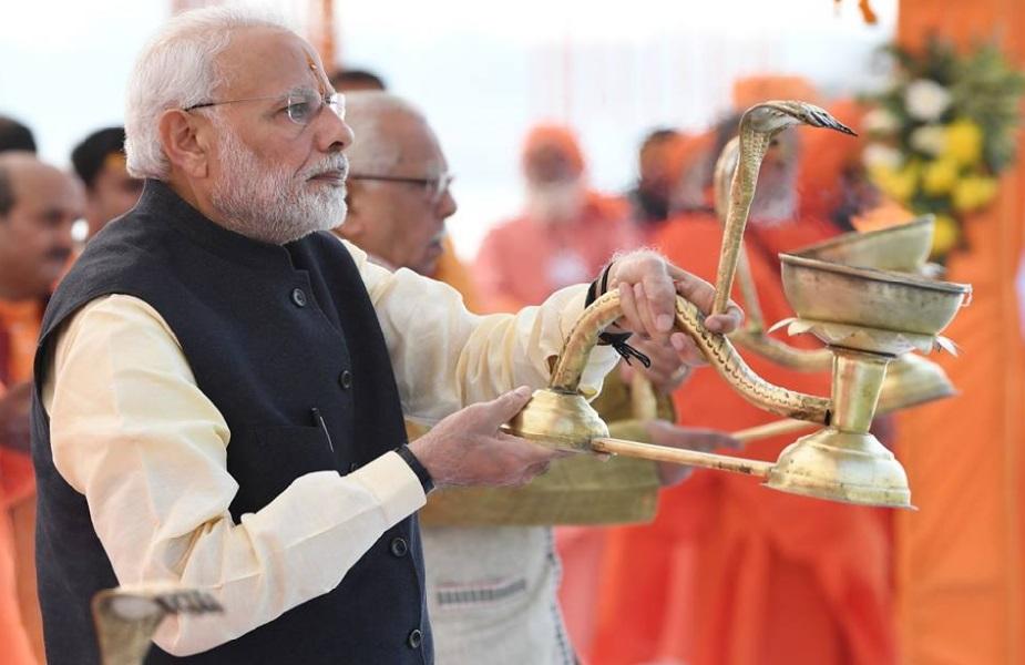 """नरेंद्र मोदी को पसंद करने के सवाल पर अनुभव कहते हैं, """"चुनाव आने वाले हैं, जो देश के लिए इतना योगदान कर रहा है उसके लिए मैं भी उनके लिए थोड़ा योगदान करना चाहता था, कुछ उन्हें गाली भी देते हैं, कुछ प्रशंसा भी करते हैं, मेरा एक छोटा सा प्रयास था ये मेहंदी."""""""