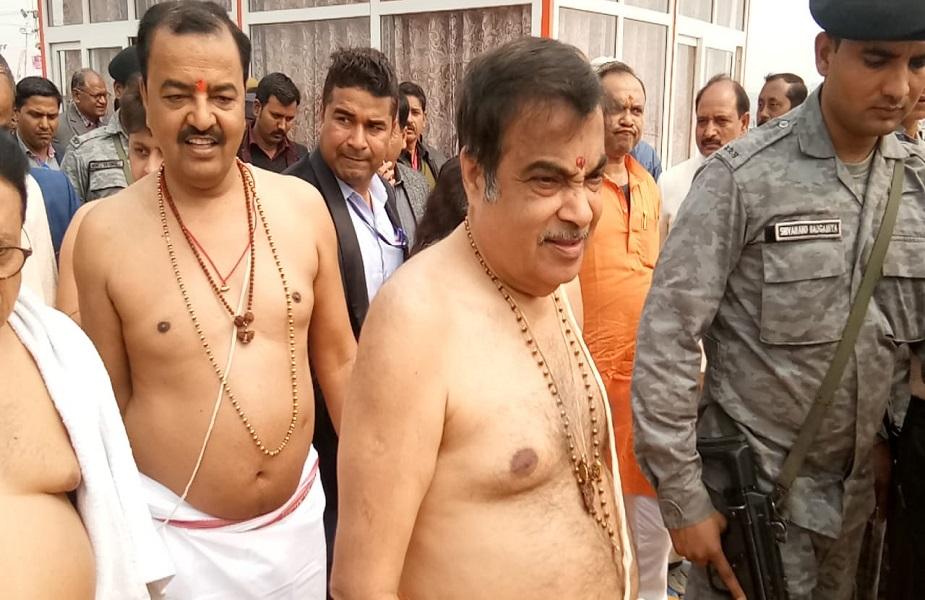 प्रयागराज पहुंचे नितिन गडकरी ने दावा किया कि गंगा में सीओडी और बीओडी में सुधार हुआ है और अगले वर्ष मार्च तक गंगा पूरी तरह से अविरल और निर्मल हो जाएगी. इससे पहले कुम्भ में पहुंचे नितिन गडकरी ने संगम में स्नान किया और पूजा अर्चना भी की. उनके साथ डिप्टी सीएम केशव प्रसाद मौर्या भी मौजूद रहे.