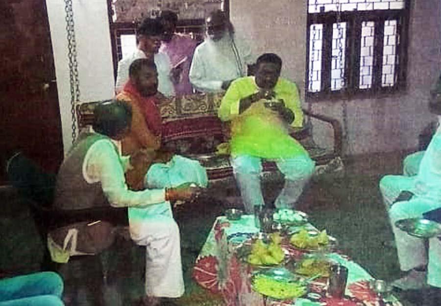 हत्या का मास्टरमाइंड पदम शुक्ला व उसका परिवार बीजेपी नेता व बांदा विधायक प्रकाश द्विवेदी के साथ.