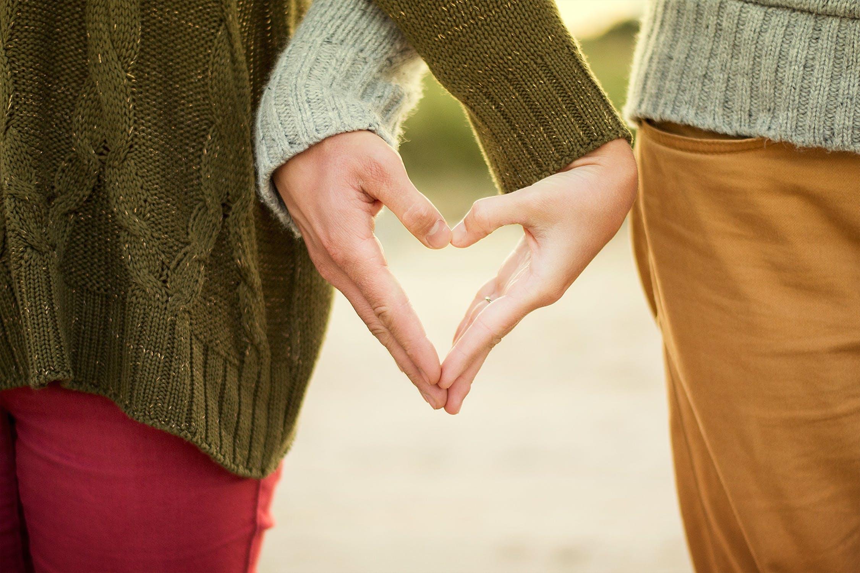 दोस्तों के सामने अपने प्यार की तारीफ कीजिए. रोमांटिक बातें कीजिए. आपके दोस्त उनके बारे में क्या सोचते हैं. ये बताइए, क्योंकि महिलाएं पार्टनर के दोस्त से तारीफ पाकर बहुत खुश होती हैं.