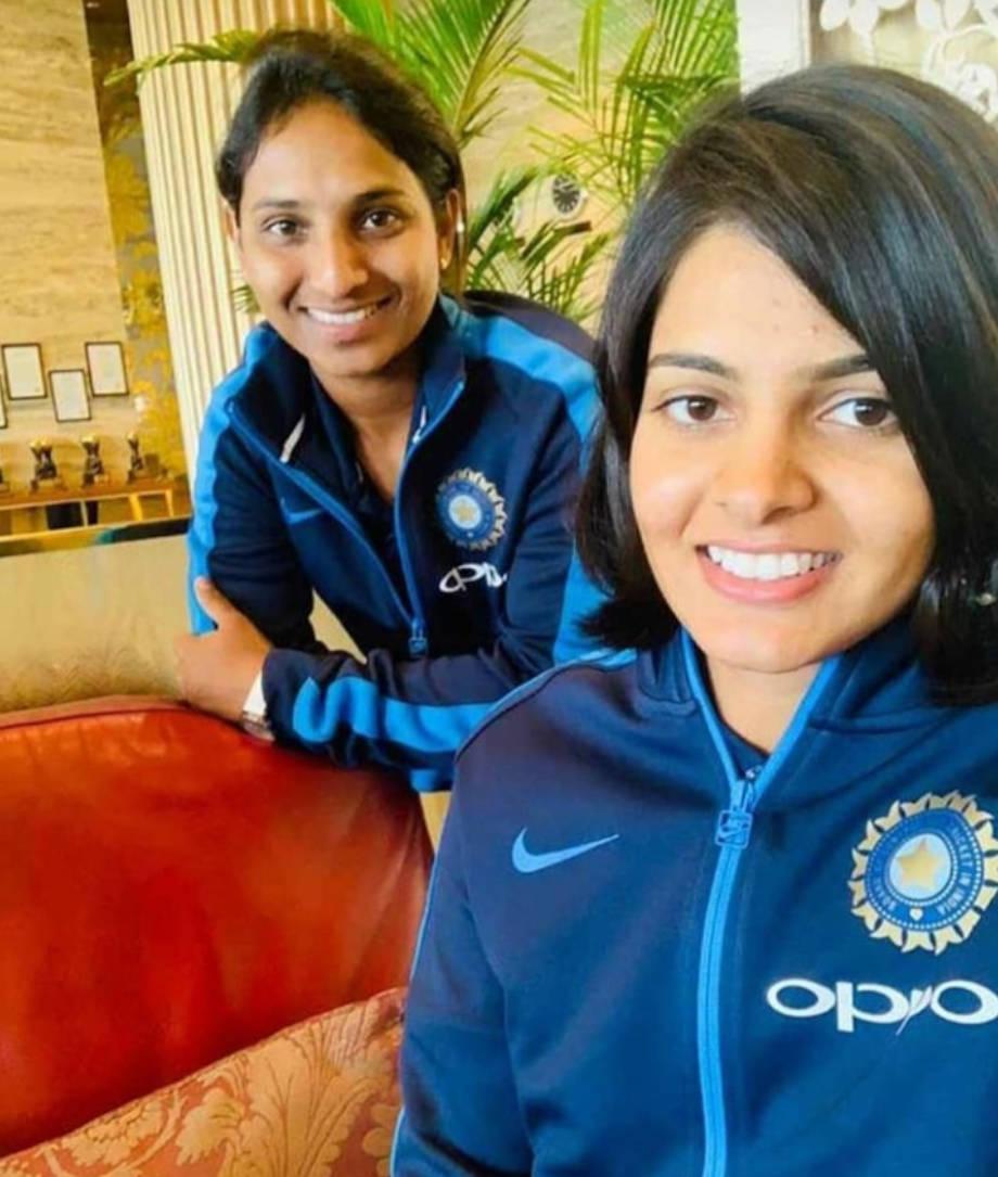 न्यूजीलैंड के खिलाफ 3 टी20 मैचों की महिला क्रिकेट सीरीज का बुधवार को वेलिंगटन में आगाज हो चुका है. पहले दिन पहला मैच वेस्टपैक स्टेडियम में शुरू हुआ तो न्यूजीलैंड ने पहले बल्लेबाजी शुरू की और टीम इंडिया को 160 रनों का लक्ष्य दिया. भारतीय पारी की शुरुआत राजस्थान के चूरू जिले के प्रिया पूनिया ने की. पहले ओवर की पहली गेंद पर कोई रन नहीं ले पाई लेकिन दूसरी ही गेंद पर प्रिया ने चौका जड़ दिया. हालांकि अगले दो गेंदों प्रिया रन नहीं बना पाई और पांचवीं गेंद पर कैच आउट हो गई. प्रिया के 5 गेंदों में चार रन बनाकर पेवेलियन लौटने के साथ ही टीम इंडिया की शुरुआत बेहद खराब रही. हालांकि जेमिमाह और मंधाना ने क्रीज पर डटते हुए खुलकर बल्लेबाजी की. मंधाना महज 34 गेंदों में 58 रन बनाकर आउट हुईं जबकि जेमिमाह 33 गेंदों में 39 रन बनाए. टीम इंडिया मंधाना के रिकॉर्ड अर्धशतक के बाद भी हार गई और 23 रन से न्यूजीलैंड ने बाजी मार ली. लेकिन राजस्थान की प्रिया के खराब प्रदर्शन के बाद भी उनसे उम्मीदें कम नहीं हुई हैं. अगली स्लाइड्स में तस्वीरों के साथ पढ़ें, प्रिया की कहानी और उनसे उम्मीदें...