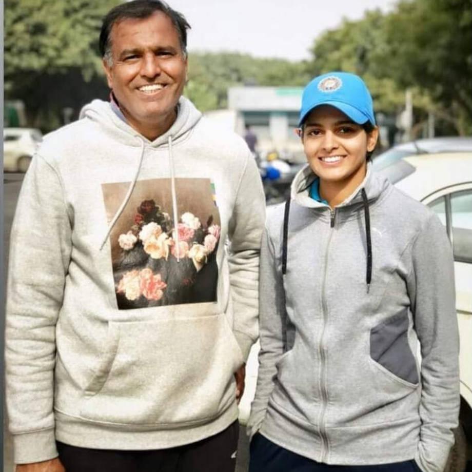 प्रिया के पिता सुरेंद्र पूनिया जयपुर में भारतीय सर्वेक्षण विभाग में हैड क्लर्क हैं.