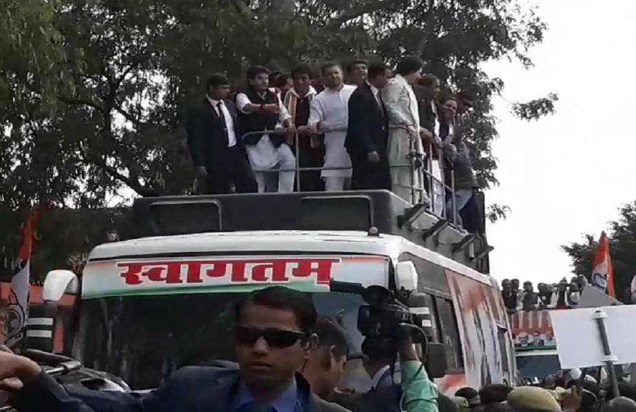 कांग्रेस अध्यक्ष राहुल गांधी और कांग्रेस महासचिव प्रियंका गांधी चुनावी रथ पर सवार हो गए हैं, जो करीब 12 किलोमीटर तक का होगा.