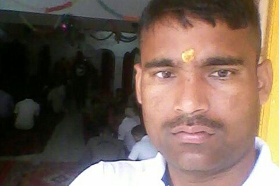 पुलवामा में आतंकी हमले में जनपद कानपुर देहात का भी एक लाल शहीद हुआ है. कानपुर देहात के डेरापुर थाना के रैगवा के रहने वाले श्याम बाबू शहीद हो गए. जवान के शहीद होने की सूचना के बाद घर में मातम पसरा हुआ है. मौत की सूचना मिलते ही परिजन बेसुध हो गए. बीए प्रथम वर्ष की पढ़ाई करते हुए ही 2007 में उन्होंने सीआरपीएफ ज्वाइन किया था. श्याम लाल के दो बच्चे हैं. एक लड़का 4 वर्ष का और एक लड़की 5 माह की है.