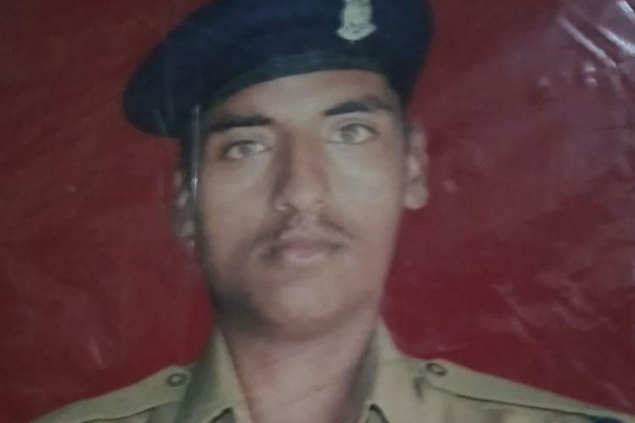 शहीद होने वालों में उन्नाव शहर कोतवाली के लोकनगर मोहल्ला के रहने वाले प्यारेलाल का 35 वर्षीय अजीत कुमार आजाद 115वीं बटालियन में सीआई के पद पर तैनात थे. देर शाम मौत की खबर मिलते ही मां राजवती, पत्नी मीना व दो बेटियों ईशा और श्रेया का रो-रोकर बुरा हाल हो गया.