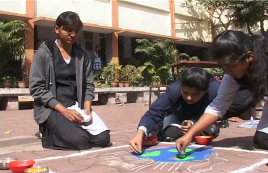 जमशेदपुर में इंद्रधनुष के सात रंगों के महत्व को बताने के लिए सतरंग कार्यक्रम का आयोजन किया गया है.