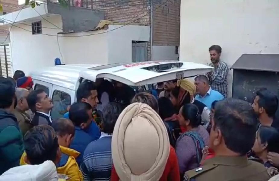 फ़िरोज़पुर में आज सुबह रोड एक्सीडेंट में एसएचओ सदर मोगा जेजे अटवाल की मौत हो गई. फ़िरोज़पुर छावनी की 7 नंबर चुंगी के पास खड़ी क्रेन के बीच एसएचओ की कार की टक्कर होने से हुई उनकी मौत हो गई. उनकी मौत के बाद दो परिवारों ने उनका असली परिवार होने का दावा किया.