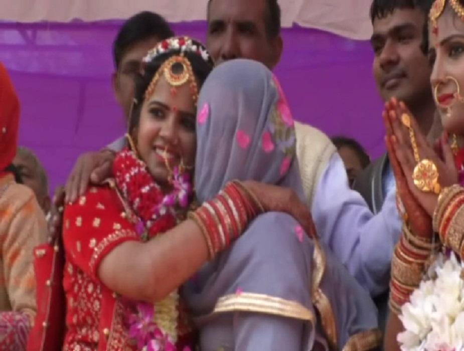 वहीं इससे पहले एक सप्ताह तक जिस प्रकार से एक लड़की की शादी के कार्यक्रम होता है वैसे ही एक सप्ताह तक इन बेटियों के सारे ख्वाब पूरे किए गए. दीक्षा से पहले चारों बेटियों को दुल्हन की तरह सजाया गया.