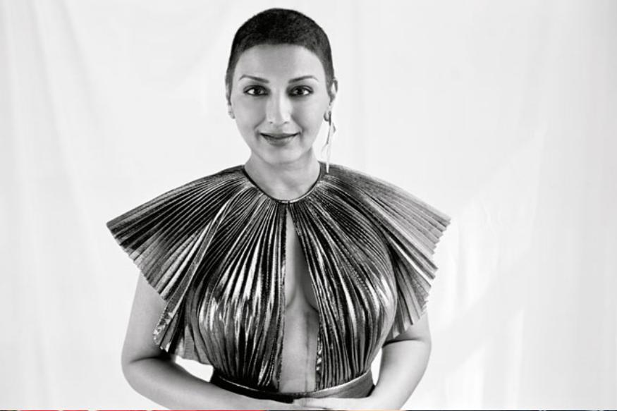 कैंसर की जंग को हराकर बॉलीवुड की ब्रेव ब्यूटी बनीं अभिनेत्री सोनाली बेंद्रे इन दिनों अपनी बेहद खूबसूरत तस्वीरों को लेकर जबरदस्त सुर्खियों में हैं. सोनाली कुछ वक्त पहले ही ठीक होकर वापस लौटी हैं, इसके बाद से उनकी मुस्कुराहट सबके लिए इंस्पिरेशन बनी हुई है. वहीं अब उन्होंने ऐसी तस्वीरें शेयर की हैं जिसमें उनकी कैंसर से जंग का निशान देखने को मिला है. ये निशान 20 इंच लंबा है.