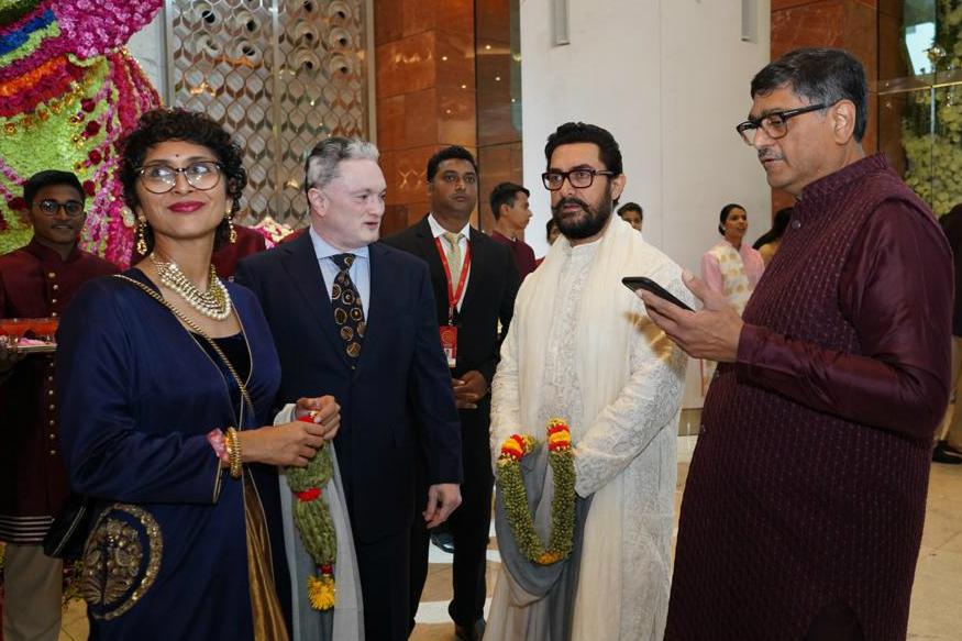 शादी में सबसे पहले एंट्री ली आमिर खान ने जो शादी के वेन्यू पर सबसे पहले पहुंचे. आमिर खान शादी में वाइट कुर्ते पहने नजर आए वहीं उनके साथ उनकी पत्नी किरन राव भी पहुंची जो ब्लू एंड गोल्डन ड्रेस में काफी खूबसूरत लग रही थी.