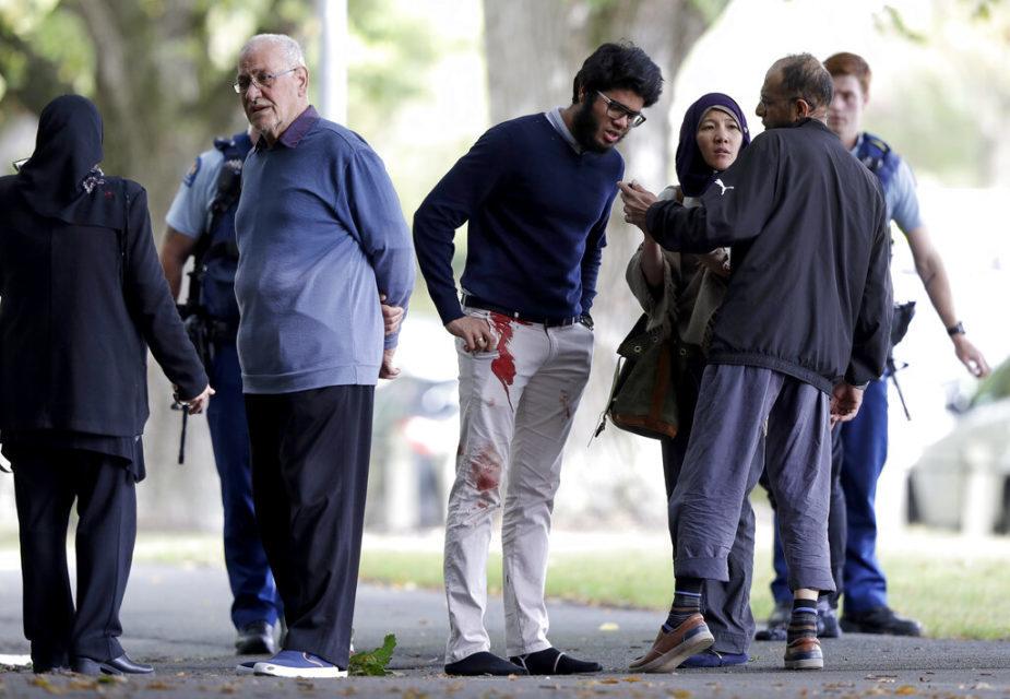 मस्जिद के बाहर रोड पर खड़े लोग (स्रोतःएपी)