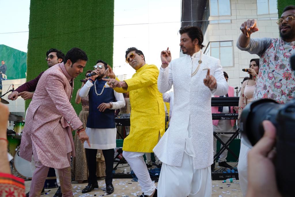 आकाश अंबानी और श्लोका मेहता की शादी में करण जौहर ने कुछ ऐसे ठुमके लगाए. वहीं उनके साथ शाहरुख खान और रणबीर कपूर भी डांस करते दिखाई दिए. बैकग्राउंड में मिका सिंग लाइव परफॉर्म करते नजर आए.