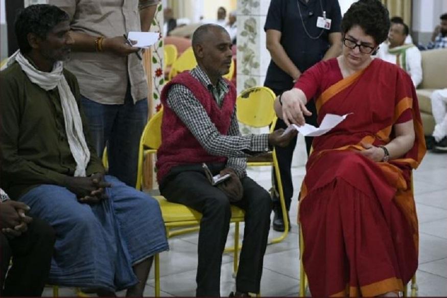 प्रियंका गांधी ने बुनकर और शिक्षामित्रों से किया मुलाकात, पूछा- क्या हाल है