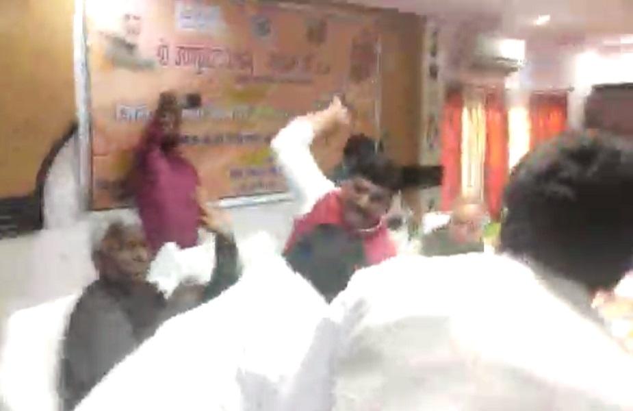 मेहदावल विधायक राकेश सिंह बघेल को सभागार में चौथा जूता मारते सांसद शरद त्रिपाठी.