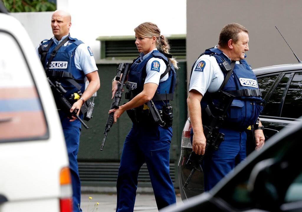 न्यूजीलैंड की पुलिस ने गोलीबारी करने वाले एक संदिग्ध आरोपी को हिरासत में लिया है. हालांकि हमलावर कौन हैं इसके बारे में अभी तक कोई जानकारी नहीं मिल पाई है.