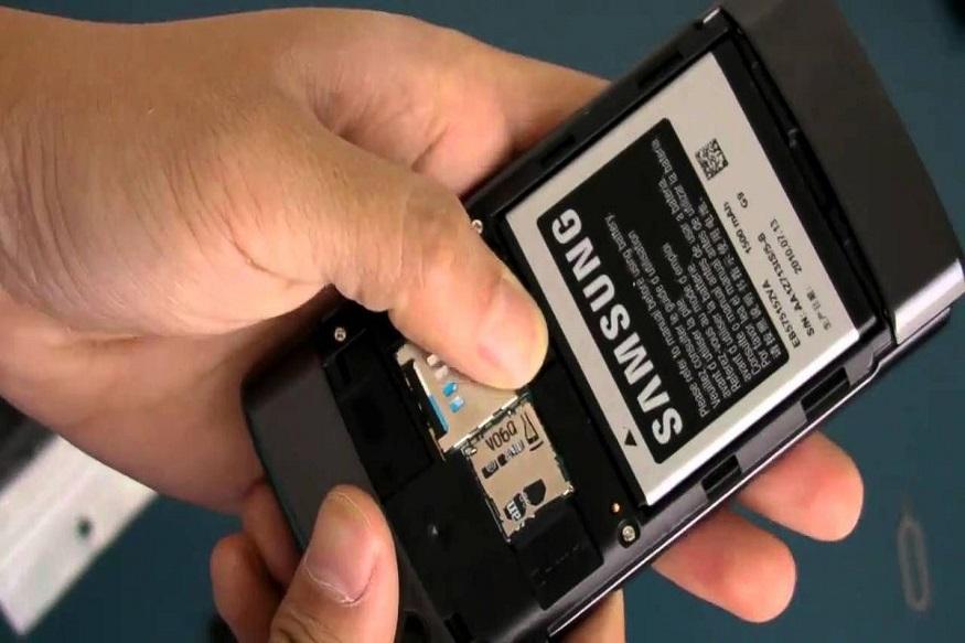 જો શક્ય હોય તો, તરત જ મોબાઇલ ફોનની બેટરીને દૂર કરો, કારણ કે જ્યારે ફોન કાર્યરત હોય ત્યારે ફોનમાં ઉપકરણમાં શૉટ સર્કિટ લાગવાનું જોખમ વધવાનું શરૂ થાય છે, તેથી તરત બેટરીને દૂર કરો.