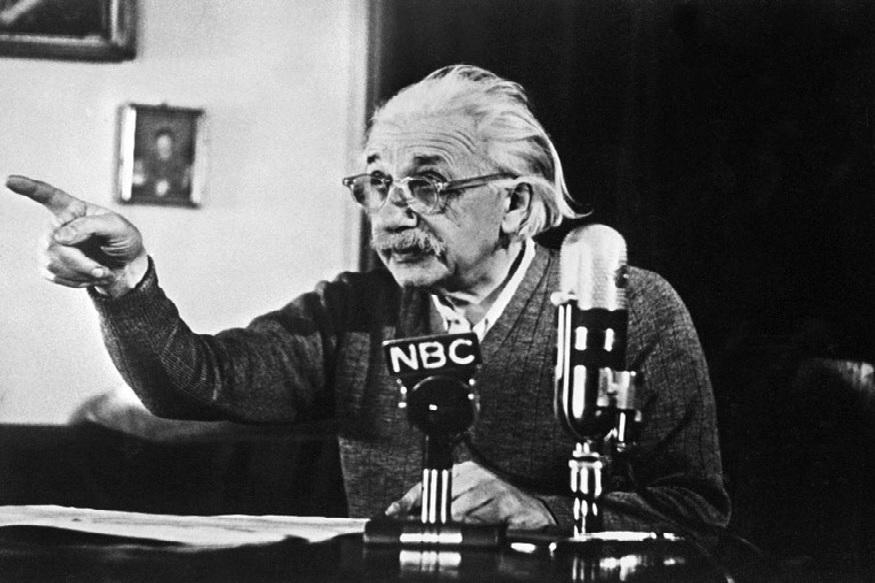 आइंस्टीन ने 6 साल की उम्र में स्कूल जाना शुरू किया. उनकी टीचर उन्हें जीनियस या टैलेंटेड छात्र नहीं मानती थीं. लेकिन उनके नंबर अच्छे आते थे. इसके साथ ही उनका मन स्कूल के अनुशासन में नहीं लगता था. इसके बाद उन्होंने स्कूल बदला. 11 की उम्र में आइंस्टीन कॉलेज की स्कूल की किताबें पढ़ते थे. उनके नंबर हमेशा अच्छे आते रहे. लेकिन स्कूल का अनुशासन उन्हें नहीं भाया.