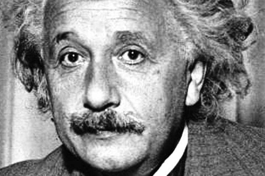 दुनिया को दो हिस्सों में बांटा जा सकता है एक आइंस्टाइन के पहले और दूसरा आइंस्टाइन के बाद. दुनिया के सबसे ज़्यादा पॉपुलर वैज्ञानिकों में से एक आइंस्टाइन ने दुनिया को 3 अक्षर का एक फॉर्मूला दिया- E=MC2. इस छोटे से सूत्र ने विज्ञान को हमेशा के लिए बदल दिया. आइंस्टीन को अगर साइंस का रॉकस्टार कहें तो गलत नहीं होगा. वो अपने समय के सबसे लोकप्रिय लोगों में तो थे ही उनसे जुड़े किस्से, उनकी बातें और उनकी रिलेटिविटी थ्योरी को समझने के तरीके, सभी कुछ बड़ा रोचक है.