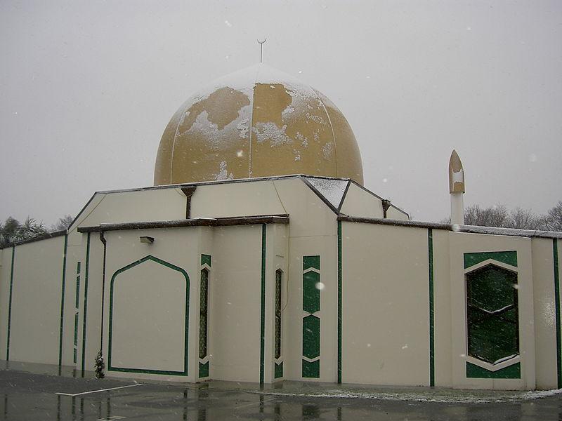 यहां पहला इस्लामी केंद्र 1959 में खुला. अब यहां कई मस्जिदें और दो इस्लामिक स्कूल हैं. यहां के मुसलमानों में ज्यादातर सुन्नी हैं, अल्पसंख्यकों में शिया और कुछ अहमदी मुसलमान शुमार किए जाते हैं. इन्हीं मुसलमानों के द्वारा ही मस्जिदें चलाई जाती हैं. (Canterbury Mosque)