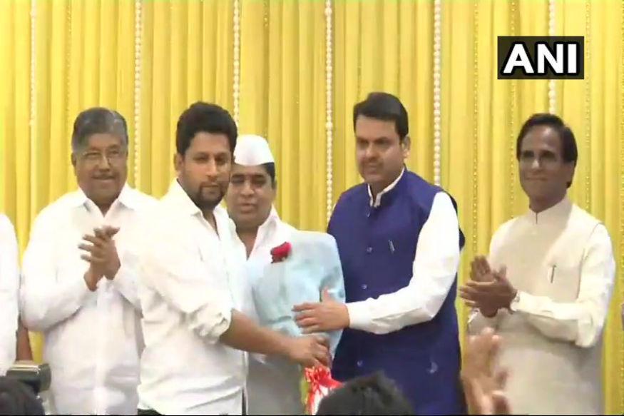 महाराष्ट्र की राजनीति में कांग्रेस को बड़ा झटका तब लगा जब विधानसभा में विपक्ष के नेता के बेटे बीजेपी में शामिल हो गए. महाराष्ट्र में विपक्ष के नेता राधाकृष्ण विखे पाटिल के बेटे सुजय मंगलवार को भारतीय जनता पार्टी में शामिल हो गए.