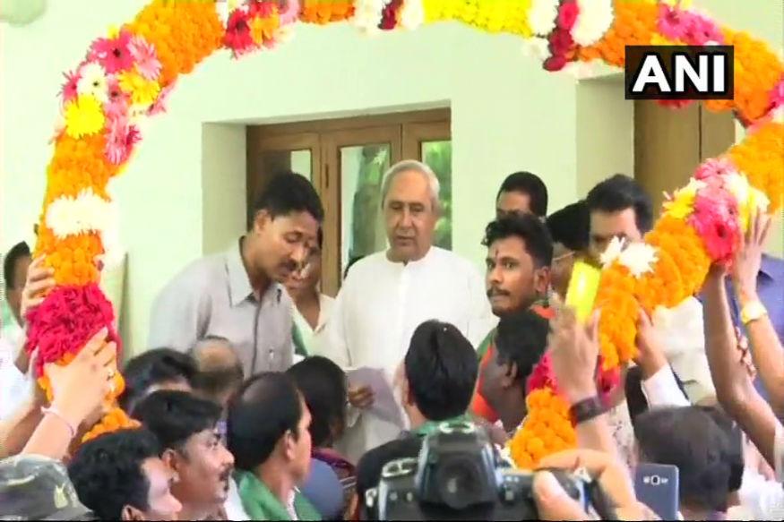इसी के तहत ओडिशा के बीजेपी अध्यक्ष बसंत कुमार पांडा के भतीजे हरीश चंद्र पांडा शनिवार को राज्य के सीएम नवीन पटनायक की मौजूदगी में बीजू जनता दल (बीजेडी) में शामिल हो गए.