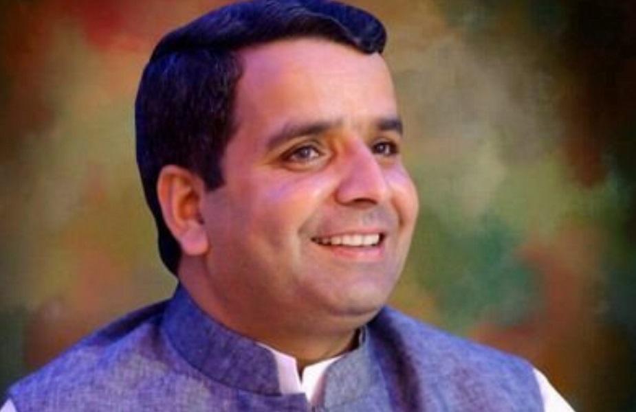 धर्मेंद्र यादव: अखिलेश के बाद यादव परिवारकी दूसरी पीढ़ी से सबसे पहले धर्मेंद्र यादव का नंबर लगा. 2004 में सीएम रहते हुए मुलायम सिंह यादव ने मैनपुरी से चुनाव लड़ा और जीता. बाद में यह सीट अपने भतीजे धर्मेंद्र यादव के लिए खाली कर दी. 25 साल के भतीजे ने भी अपने पहले चुनाव में चाचा मुलायम को निराश नहीं किया और रिकॉर्ड वोटों से जीत हासिल की. उस वक्त उन्होंने 14वीं लोकसभा में सबसे कम उम्र के सांसद बनने का रिकॉर्ड भी बनाया.