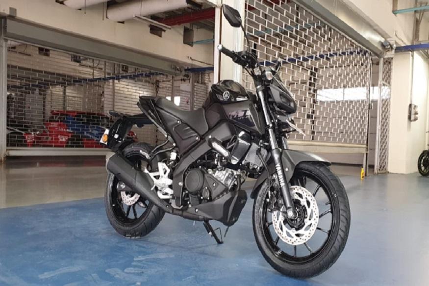 MT-15 में समान 155.1 cc सिंगल-सिलेंडर SOHC, लिक्विड कूल्ड इंजन के साथ वेरिएबल वाल्व एक्चुएशन (VVA) दिया गया है, जो कि R15 में मौजूद है. यह मोटर 6-स्पीड मैनुअल गियरबॉक्स के साथ एक स्लिपर क्लच से लैस है. इंजन 19 bhp की पावर और 14.7Nm का टॉर्क देता है, लेकिन Yamaha ने फाइनल गियर रेश्यो और ECU सेटिंग में बदलाव किया है ताकि बेहतर लो और मिड-रेंज पावर मिल सके. हालांकि, इसका मतलब यह भी है कि MT-15 में R15 की तुलना में कम टॉप स्पीड होगी, जो कि 130 kmph तक जाती है.